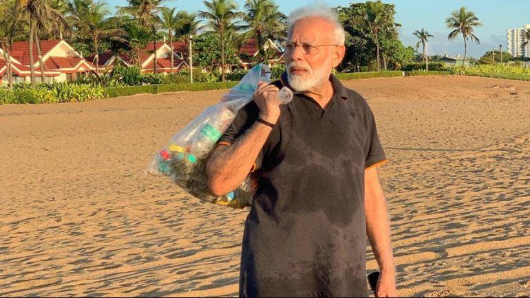 Политичар за пример: Премиерот на Индија со голема најлонска кеса го собира ѓубрето од плажа