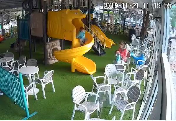 Дадилката што тепа дете во кафуле е приведена