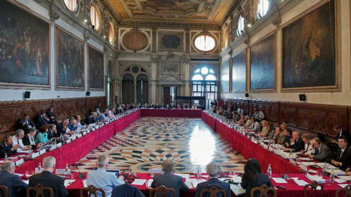 Венецијанската комисија и официјaлно побара да се преиспита законот за јазиците