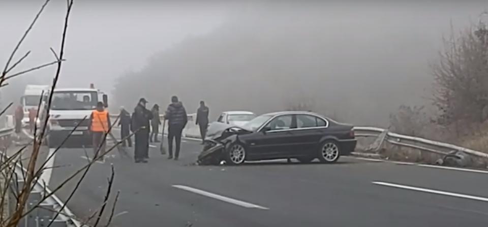Три лица повредени во верижен судир на автопатот Велес – Скопје