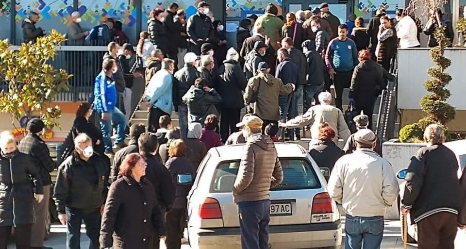 """""""Река"""" од луѓе пред банките среде вонредни мерки поради пандемијата"""