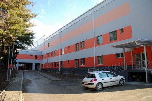 Нов скандал во охридската болница: Пациент со сомнителни симптоми со часови останал пред врата