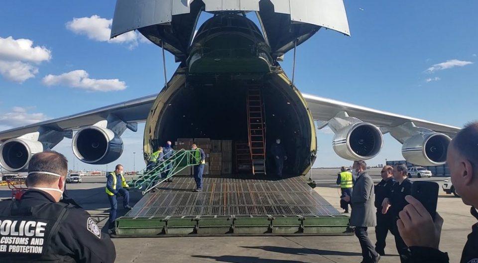 Стигна рускиот авион во САД со медицинска опрема