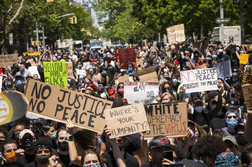 Полицајци во САД искажаа солидарност со демонстрантите