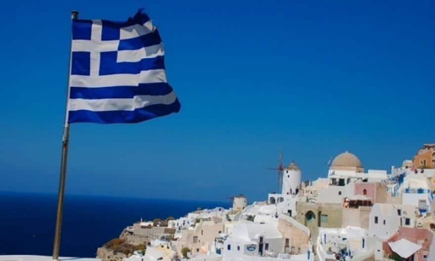 Грција врие: Илјадници граѓани на улиците, факели, солзавец и камења