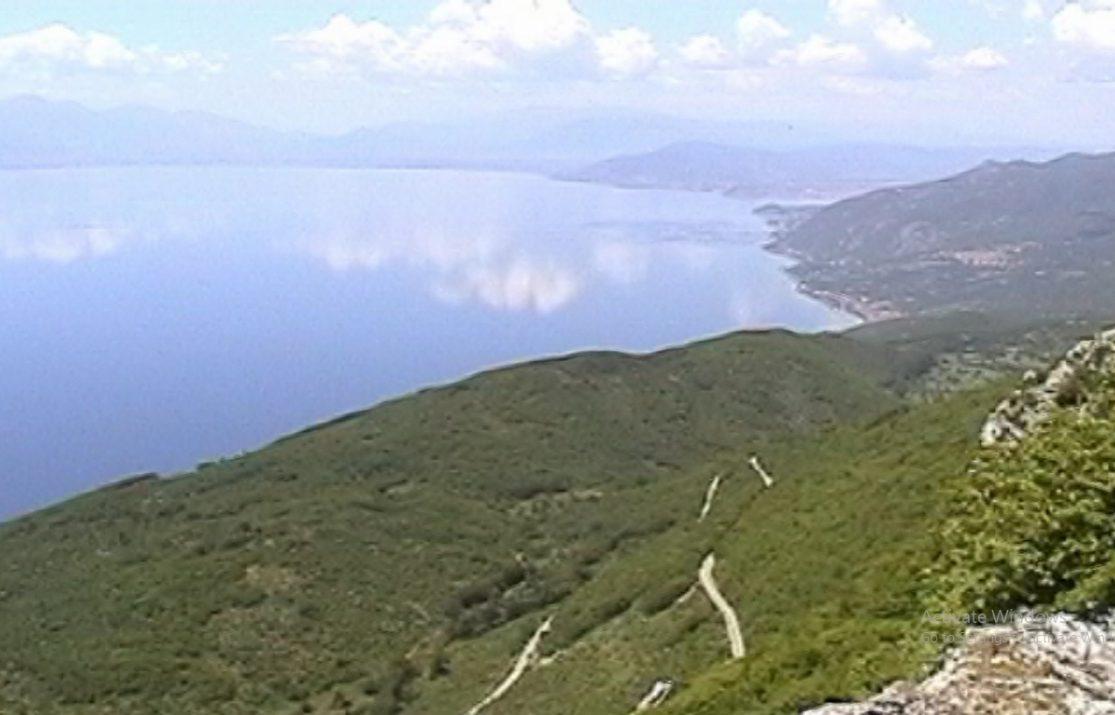 УНЕСКО укажува, власта се прави глува за уривање на дивоградбите на Галичица