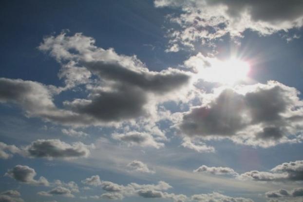 Сончево време со мала облачност